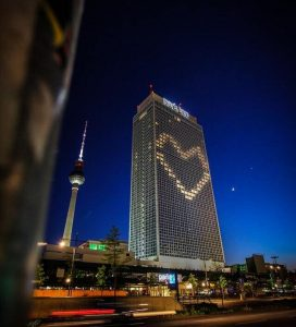 alexandee platz berlin at night we see a building with lights on in the shape of a loverheart